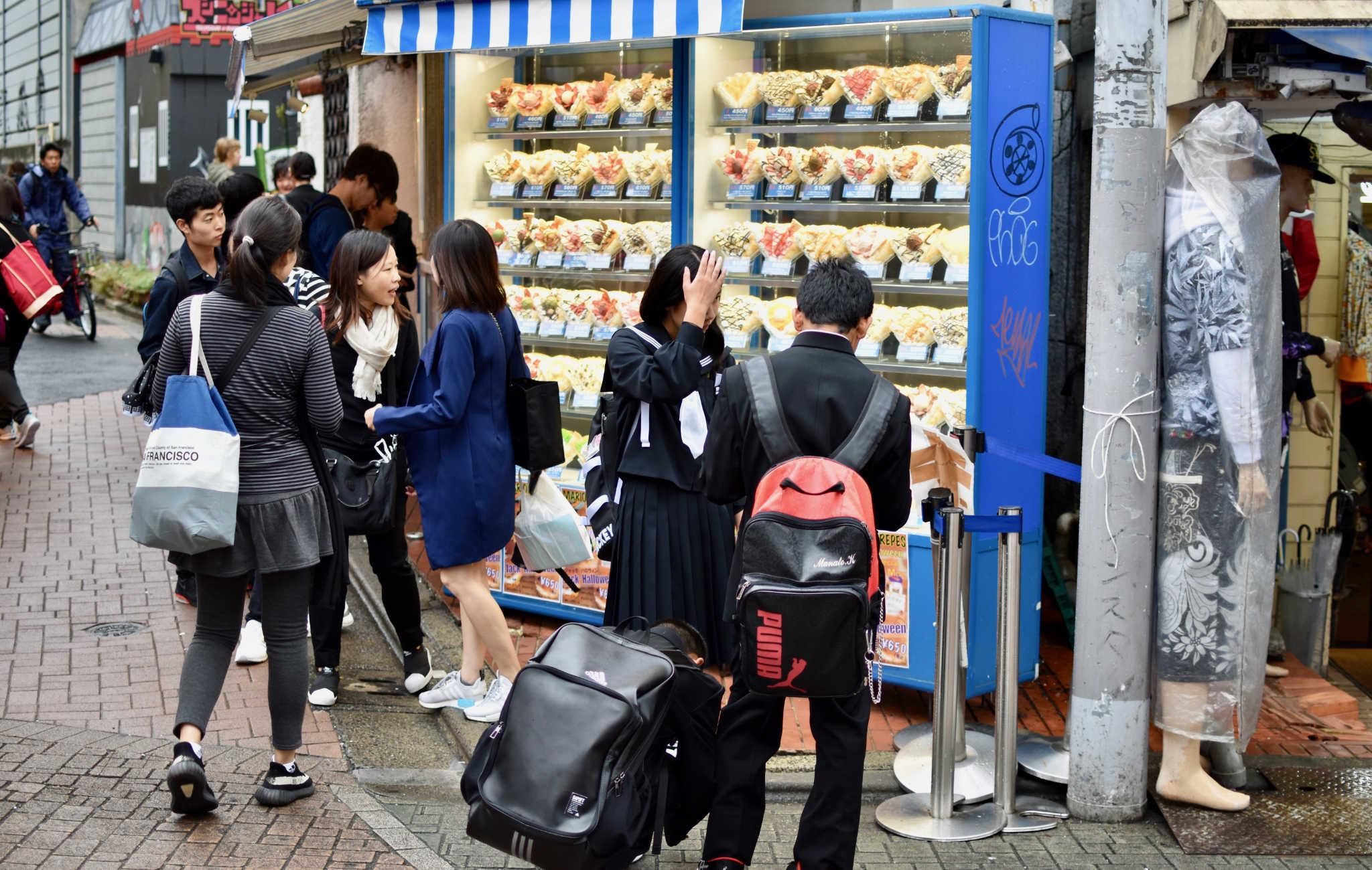 Des écoliers devant des maquettes de crêpes