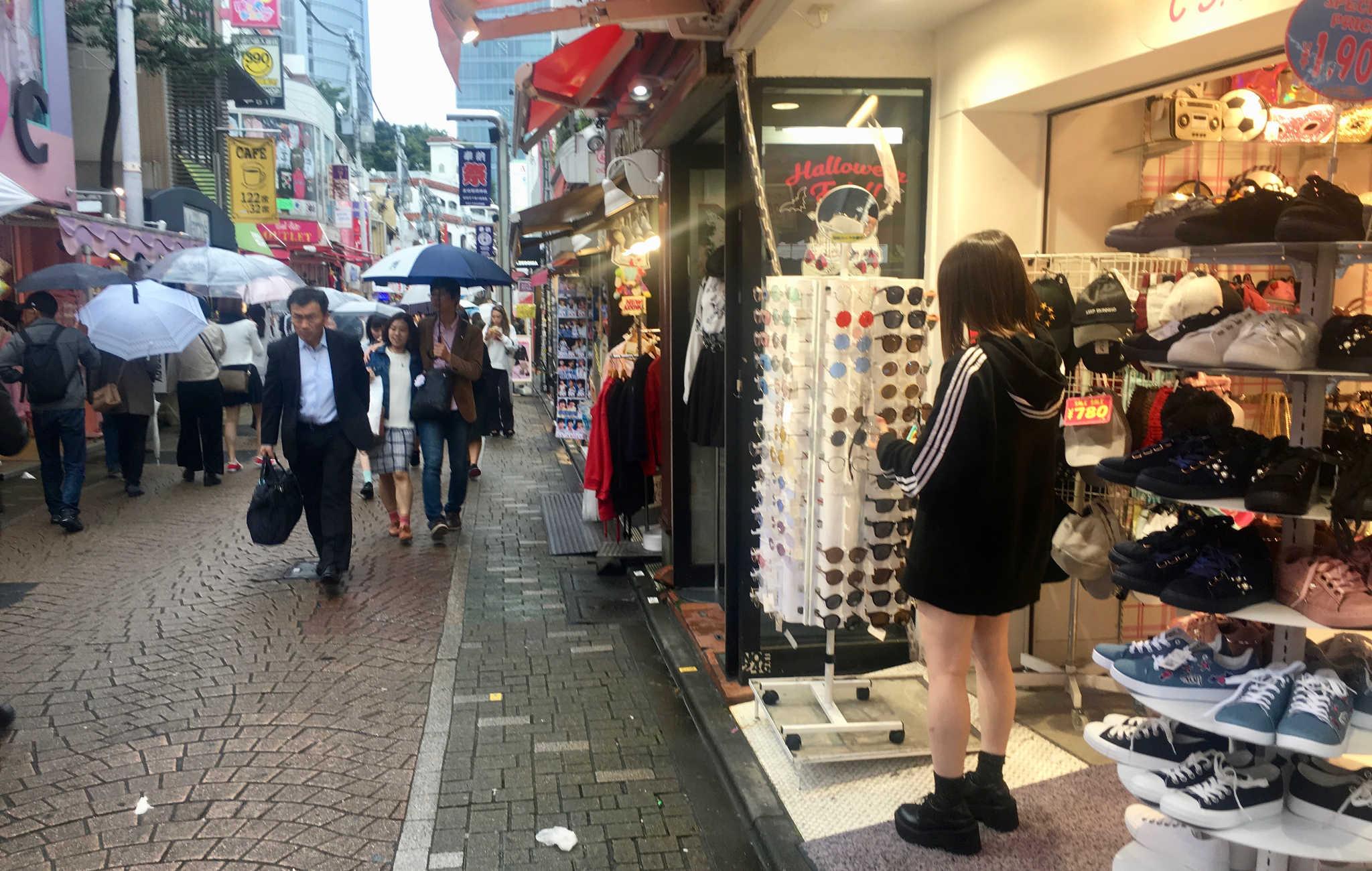 On y trouve de nombreuses boutiques de vêtements, chaussures et accessoires