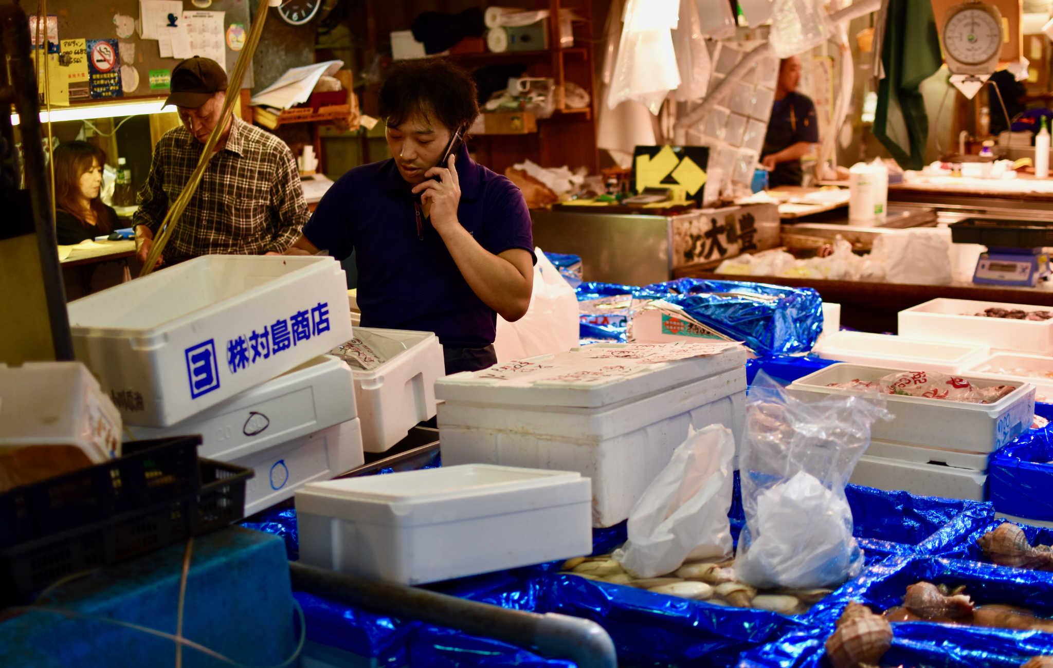 Transactions de vente de poissons en cours