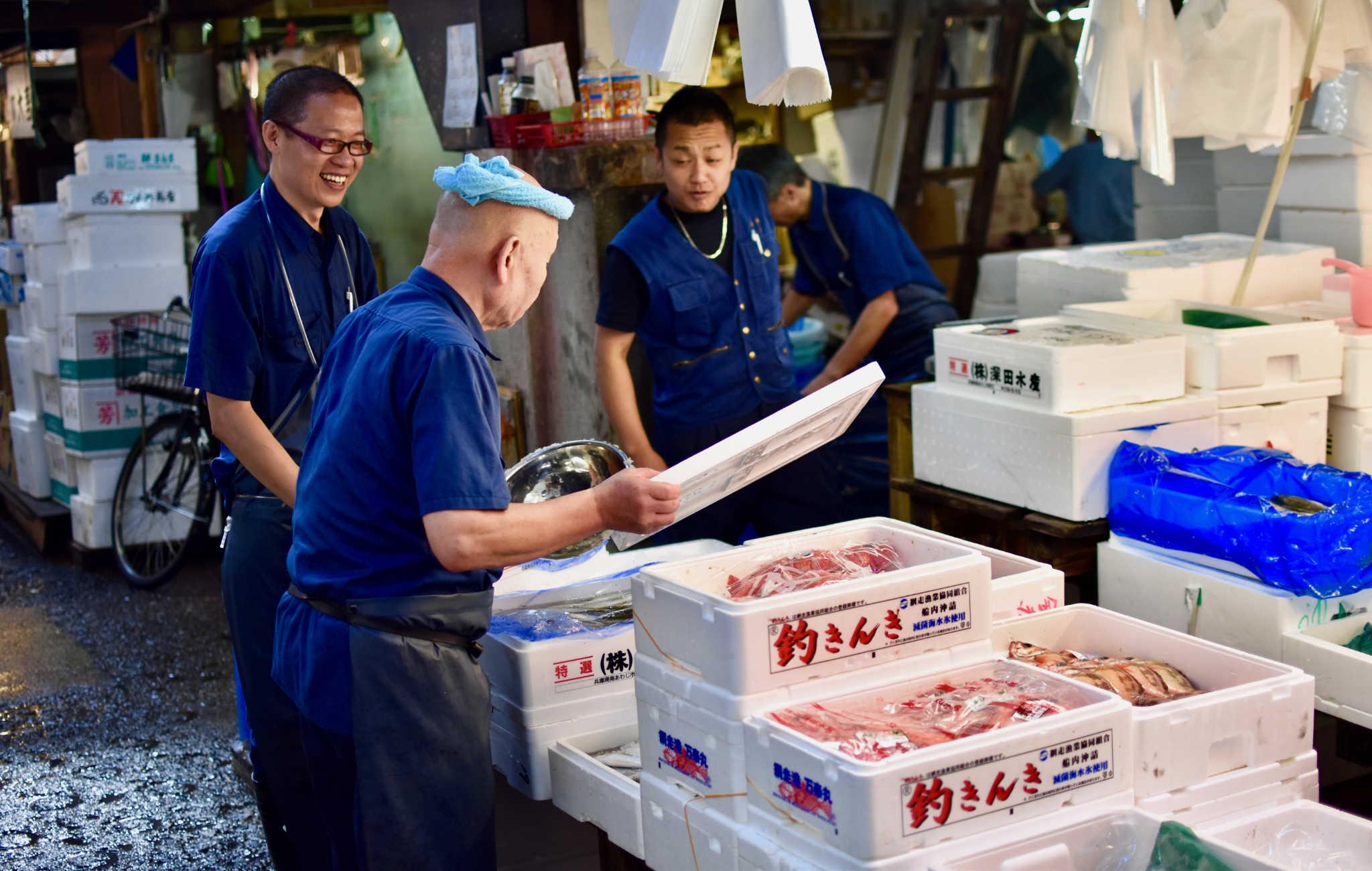 Des caisses remplies de poissons pour le conserver au frais
