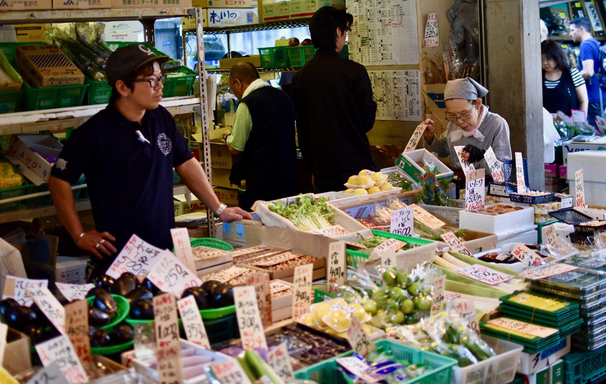 A Tsukiji on trouve aussi de nombreux étales de légumes