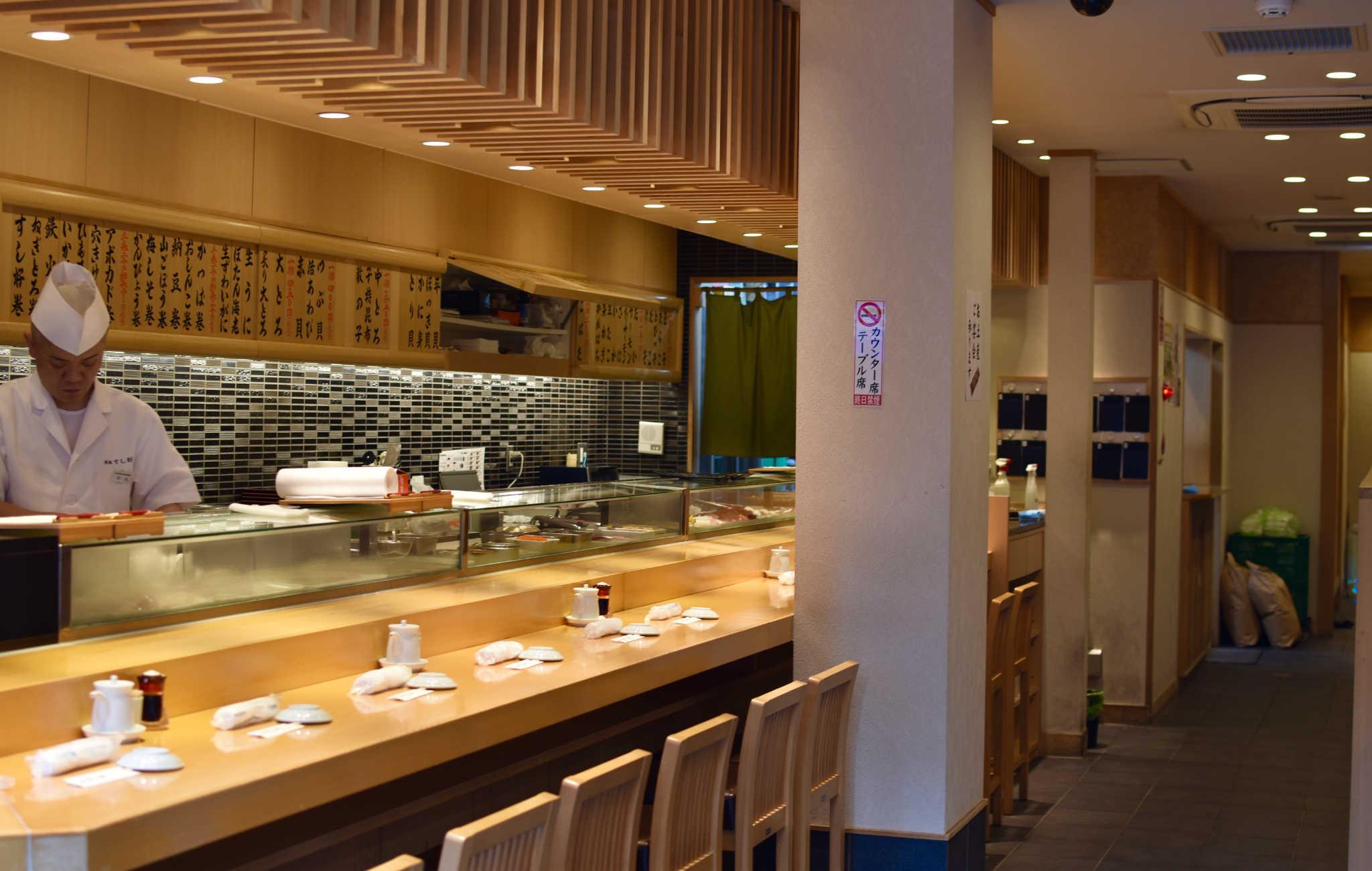 Un des restaurants de sushis aux abords du marché