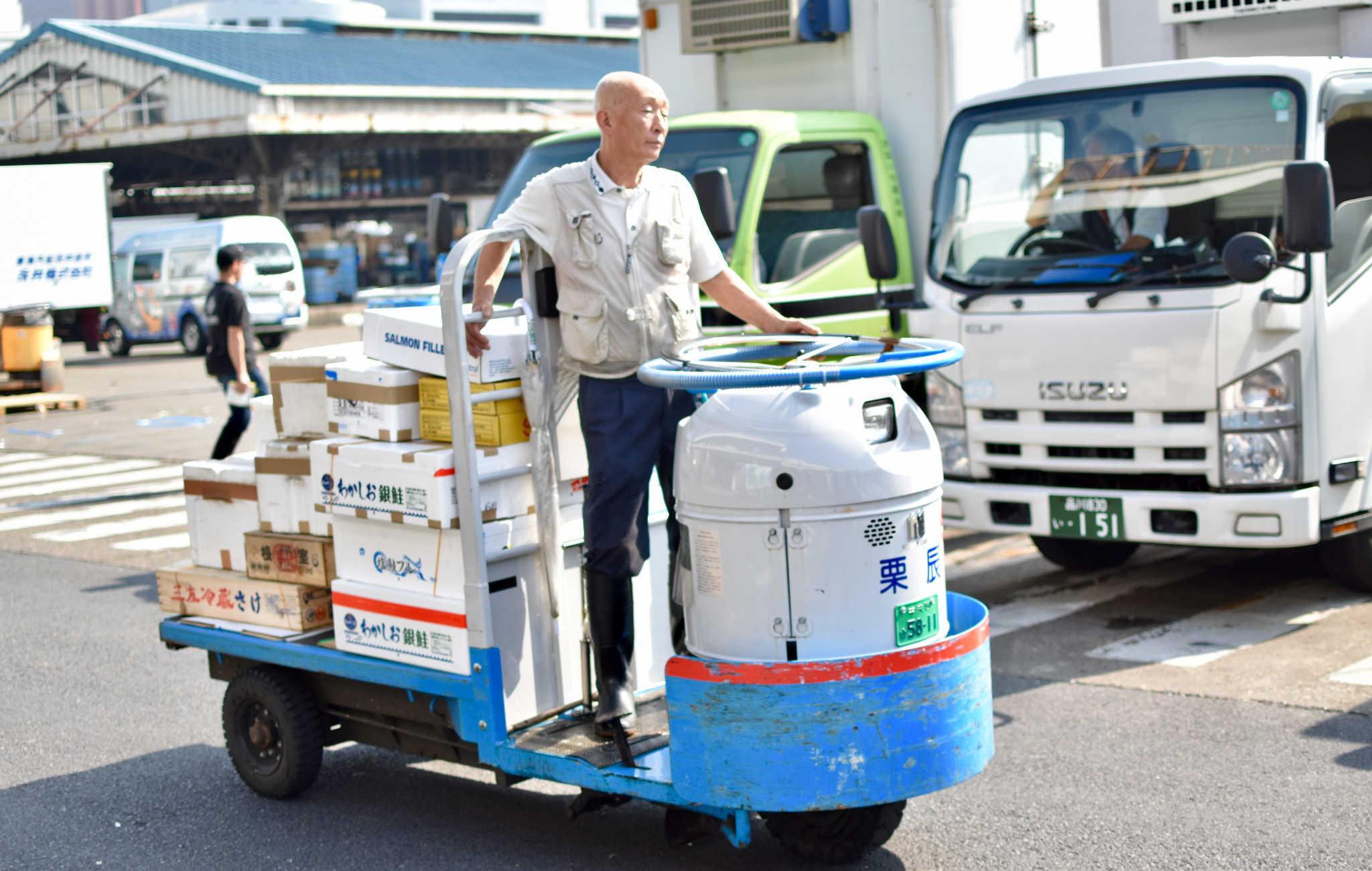 Les cargaisons de poissons sont transportées sur d'étranges véhicules