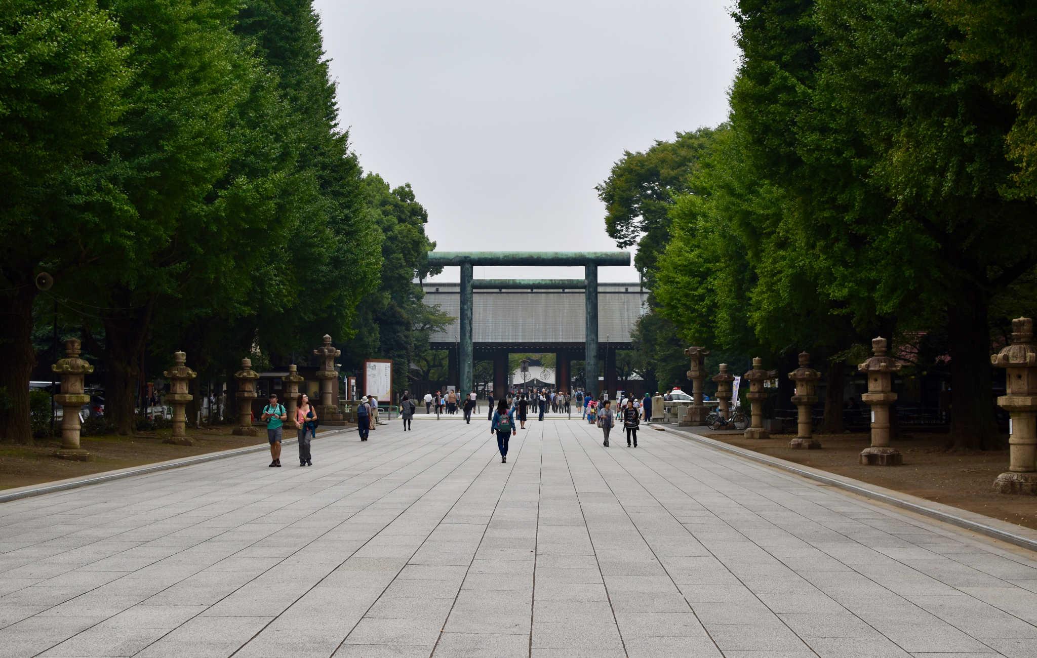 L'entrée du sanctuaire est marquée par d'immenses torii