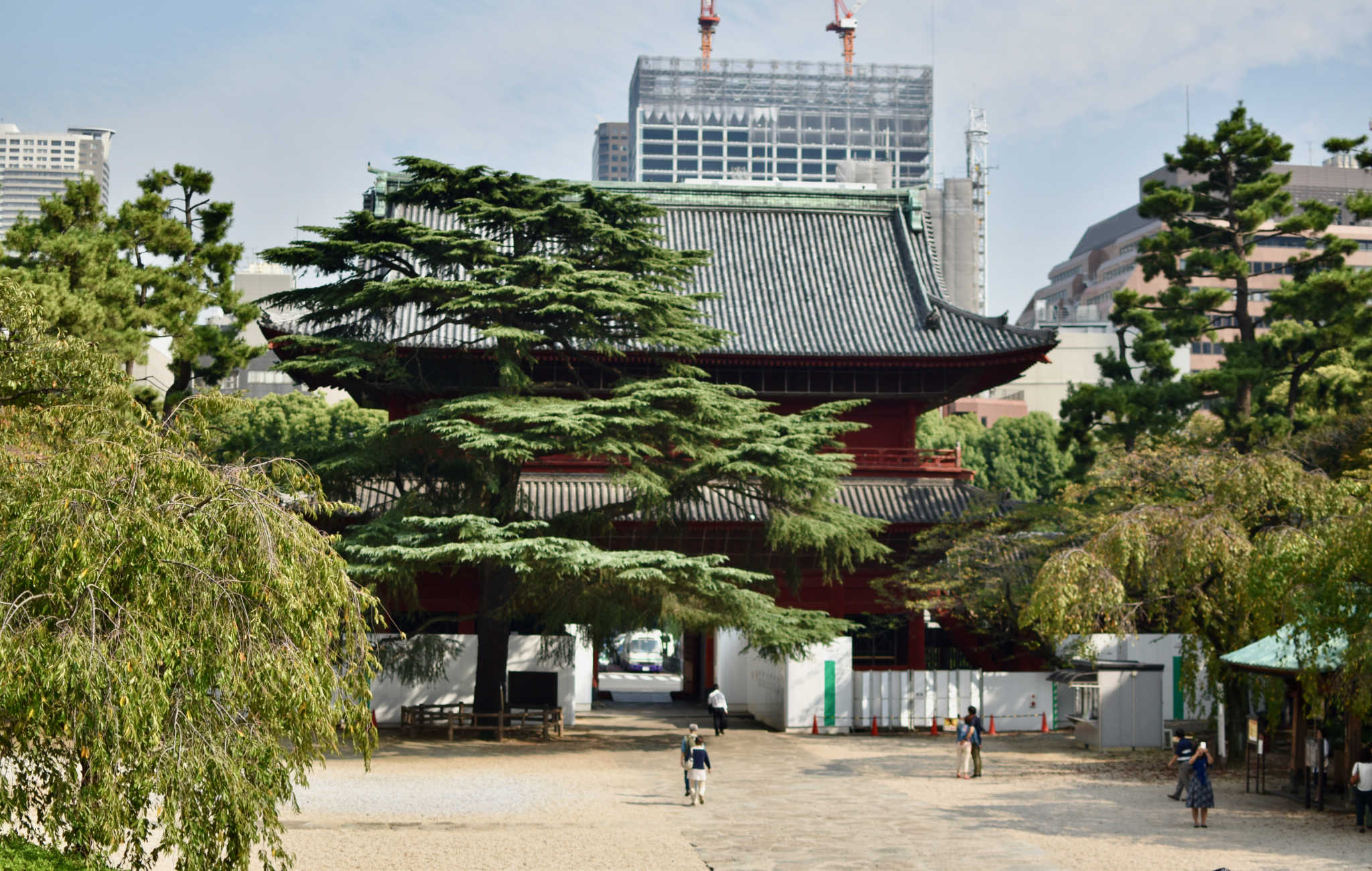 L'énorme porte principale Sangedatsumon