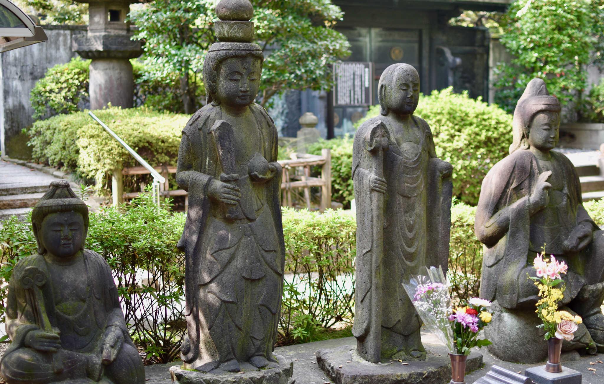 Dans le jardin, de très nombreuses statues